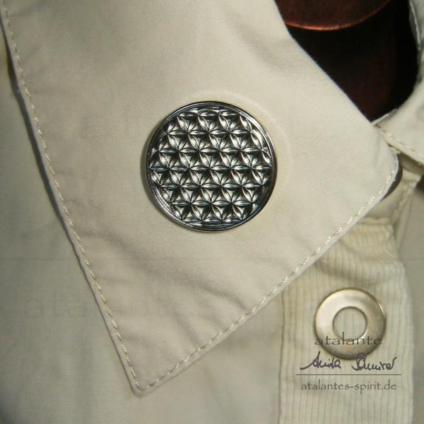 Blume des Lebens Kleider-Button mit Neodym-Magnet auf Kragen | Farbe silber | Vorderseite | designed by atalantes spirit®